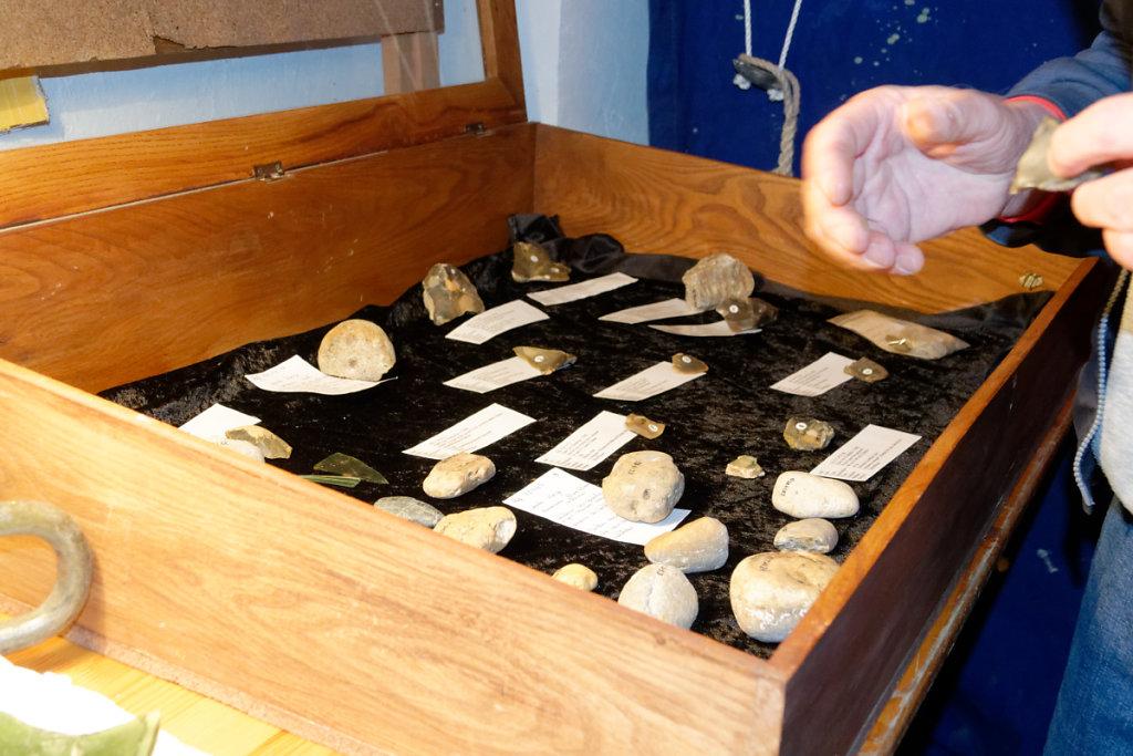 Que faisait cette collection de silex et d'outils pour tailler les pierres à bord ?